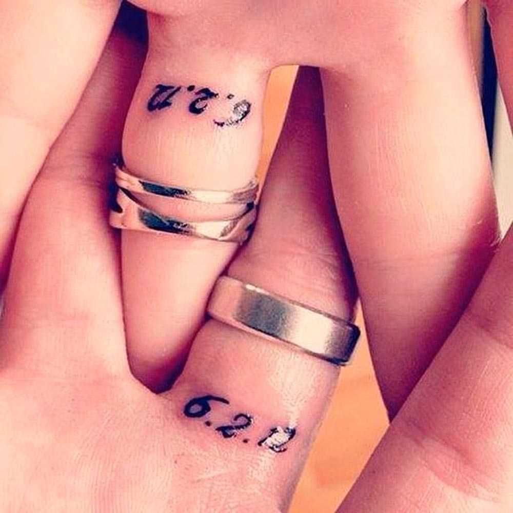 Date tattooed on the fingers