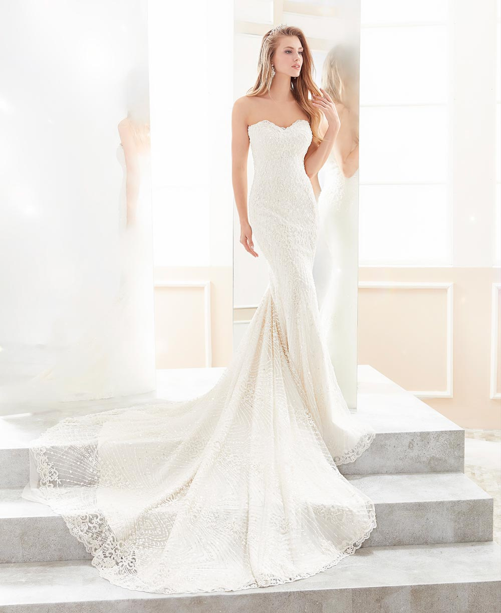 Wedding dress in lace with tail